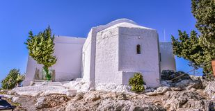 La iglesia más vieja de la isla Tsampika es el protector de Rodas y muchos niños toman su nombre como tradición fotografía de archivo libre de regalías