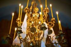 La iglesia mira al trasluz el candelabro Imágenes de archivo libres de regalías