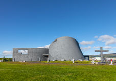 La iglesia moderna Blonduoskirkja-yngri cerca de Blonduos en Islandia Foto de archivo