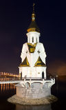 La iglesia ortodoxa en el agua en la noche Imagen de archivo libre de regalías