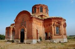 La iglesia ortodoxa en el pueblo remoto en una colina Foto de archivo libre de regalías