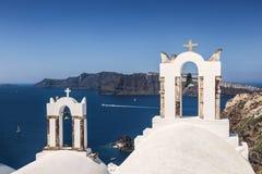 La iglesia ortodoxa griega del campanario en la pequeña ciudad de Oia en Santorini, Grecia Fotos de archivo libres de regalías