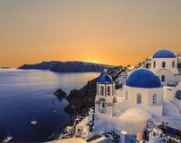La iglesia ortodoxa griega en las aguas del fondo del Mar Egeo en Oia en la puesta del sol La isla de Santorin Fotografía de archivo