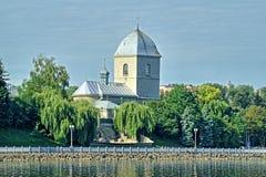 La iglesia sobre la charca es una antigua en Ternopil Fotos de archivo libres de regalías