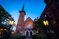 La Iglesia Unida de Cristo de la trinidad en el crepúsculo en York, Pennsyl imagenes de archivo
