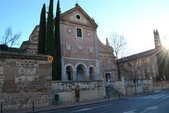 La iglesia vieja contra el cielo azul, en los rayos del sol imagenes de archivo