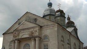 La iglesia vieja, el templo restaurado, un landscape-2 ruso hermoso almacen de metraje de vídeo