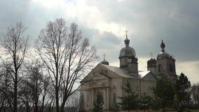 La iglesia vieja, el templo restaurado, un paisaje ruso hermoso almacen de metraje de vídeo