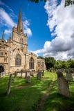 La iglesia y el cementerio en el pueblo de Burford Imágenes de archivo libres de regalías
