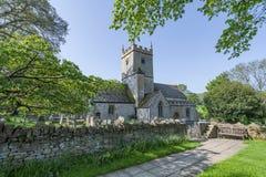 La iglesia y el cementerio ingleses del siglo XII encontraron en el Reino Unido imagenes de archivo