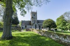 La iglesia y el cementerio ingleses del siglo XII encontraron en el Reino Unido fotos de archivo