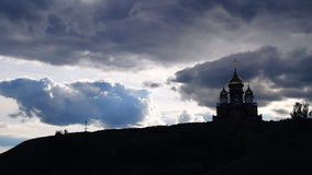 La iglesia y el cielo con las nubes almacen de metraje de vídeo