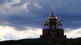 La iglesia y el cielo con las nubes almacen de video