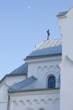La iglesia y la luna, arquitectura del detalle Imágenes de archivo libres de regalías