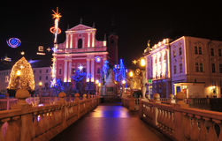 La iglesia y Preseren de St Francis ajustan, adornado por la Navidad y Años Nuevos de días de fiesta, Ljubljana, Eslovenia Imágenes de archivo libres de regalías