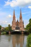 La iglesia y río enfermo, Estrasburgo, Francia de San Pablo imagen de archivo