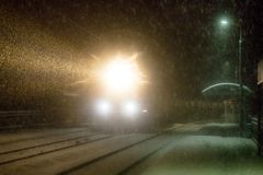 La igualación del tren llega la estación nevadas imágenes de archivo libres de regalías