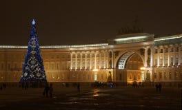 La igualación y el árbol del Año Nuevo en el palacio ajustan Fotografía de archivo libre de regalías