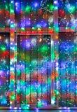 La iluminación al aire libre de Navidad adorna la ventana Fotografía de archivo
