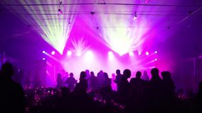 La iluminación de la etapa en el pasillo, la luz en el contador, soporte de la etapa del metal para la luz de la etapa, la visión almacen de metraje de vídeo