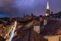 La iluminación enciende el cielo de Berna, Suiza foto de archivo