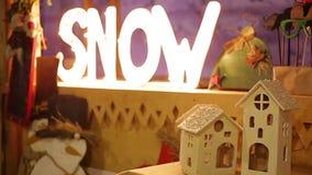 La iluminación festiva y las decoraciones hermosas para el invierno juegan en el teatro de la escuela metrajes