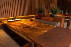 La iluminación interesante crea la atmósfera especial en café Foto de archivo libre de regalías