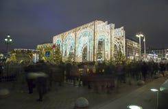 La iluminación y Manege de los días de fiesta de la Navidad y del Año Nuevo ajustan en la noche Moscú, Rusia Imagenes de archivo