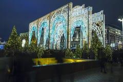 La iluminación y Manege de los días de fiesta de la Navidad y del Año Nuevo ajustan en la noche Moscú, Rusia Foto de archivo libre de regalías