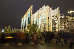 La iluminación y Manege de los días de fiesta de la Navidad y del Año Nuevo ajustan en la noche Moscú, Rusia Fotografía de archivo libre de regalías