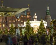 La iluminación y Manege de los días de fiesta de la Navidad y del Año Nuevo ajustan en la noche Moscú, Rusia Imágenes de archivo libres de regalías