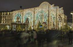 La iluminación y Manege de los días de fiesta de la Navidad y del Año Nuevo ajustan en la noche Moscú, Rusia Imagen de archivo libre de regalías