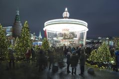 La iluminación y Manege de los días de fiesta de la Navidad y del Año Nuevo ajustan en la noche Moscú, Rusia Foto de archivo