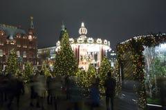 La iluminación y Manege de los días de fiesta de la Navidad y del Año Nuevo ajustan en la noche Moscú, Rusia Fotos de archivo libres de regalías