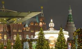 La iluminación y Manege de los días de fiesta de la Navidad y del Año Nuevo ajustan en la noche Moscú, Rusia Fotos de archivo