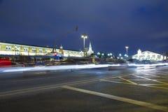 La iluminación y Manege de los días de fiesta de la Navidad y del Año Nuevo ajustan en la noche Moscú, Rusia Fotografía de archivo