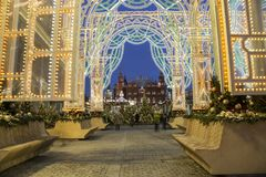 La iluminación y Manege de los días de fiesta de la Navidad y del Año Nuevo ajustan en la noche Moscú, Rusia Imagen de archivo