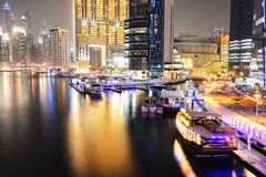 La iluminación de la noche del puerto deportivo de Dubai Imagenes de archivo