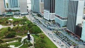 La imagen aérea de oficinas de negocios y las compañías cerca del parque verde hermoso en las islas soleadas varan, Miami almacen de metraje de vídeo