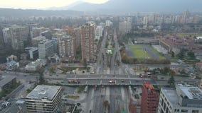 La imagen aérea de un parque, los edificios, los caminos y la ciudad ajardinan en Santiago, Chile Imagen de archivo libre de regalías