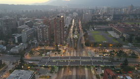 La imagen aérea de un parque, los edificios, los caminos y la ciudad ajardinan en Santiago, Chile Foto de archivo