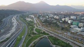 La imagen aérea de un parque, los edificios, los caminos y la ciudad ajardinan en Santiago, Chile Imagenes de archivo