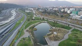 La imagen aérea de un parque, los edificios, los caminos y la ciudad ajardinan en Santiago, Chile Fotos de archivo libres de regalías