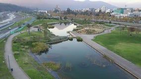 La imagen aérea de un parque, los edificios, los caminos y la ciudad ajardinan en Santiago, Chile Imágenes de archivo libres de regalías