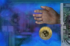 La imagen abstracta de la explotación minera de bitcoins, la mano del ordenador da el bitcoin imagen de archivo