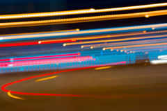 La imagen abstracta de la noche se enciende en la falta de definición de movimiento en la ciudad Imágenes de archivo libres de regalías