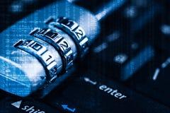 La imagen abstracta del candado situado en el top de entra en el botón en el teclado de ordenador cubierto con imagen de código b foto de archivo libre de regalías