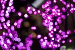 La imagen abstracta desenfocado se enciende en la ciudad o el tono rosa claro de la noche Imágenes de archivo libres de regalías