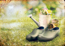 Pares de zapatos que cultivan un huerto en el césped Imágenes de archivo libres de regalías
