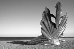 La imagen blanco y negro de la escultura de la 'concha de peregrino' en Aldeburgh sea Imágenes de archivo libres de regalías